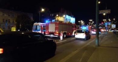 wypadek rondo srodka 390x205 - Poznań: Wypadek na Jana Pawła II. Skasowania latarnia