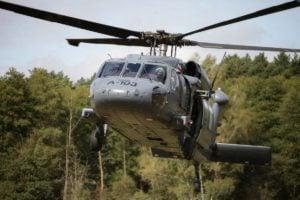 black hawk cwiczenia policji fot. policja 10 300x200 - Poznań: Black Hawk latał nad miastem. Policjanci ćwiczyli desant ze śmigłowca
