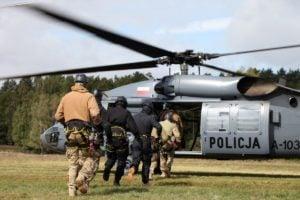 black hawk cwiczenia policji fot. policja 11 300x200 - Poznań: Black Hawk latał nad miastem. Policjanci ćwiczyli desant ze śmigłowca