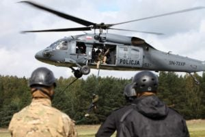 black hawk cwiczenia policji fot. policja 12 300x200 - Poznań: Black Hawk latał nad miastem. Policjanci ćwiczyli desant ze śmigłowca