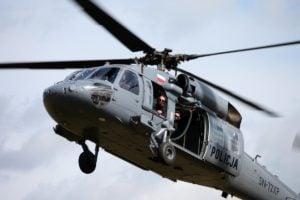 black hawk cwiczenia policji fot. policja 14 300x200 - Poznań: Black Hawk latał nad miastem. Policjanci ćwiczyli desant ze śmigłowca