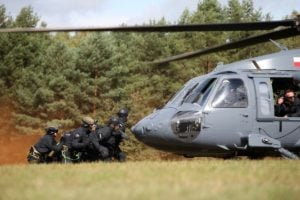black hawk cwiczenia policji fot. policja 15 300x200 - Poznań: Black Hawk latał nad miastem. Policjanci ćwiczyli desant ze śmigłowca
