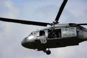 black hawk cwiczenia policji fot. policja 16 300x200 - Poznań: Black Hawk latał nad miastem. Policjanci ćwiczyli desant ze śmigłowca