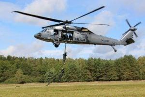 black hawk cwiczenia policji fot. policja 17 300x200 - Poznań: Black Hawk latał nad miastem. Policjanci ćwiczyli desant ze śmigłowca