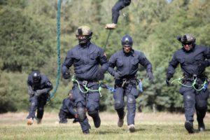 black hawk cwiczenia policji fot. policja 19 300x200 - Poznań: Black Hawk latał nad miastem. Policjanci ćwiczyli desant ze śmigłowca