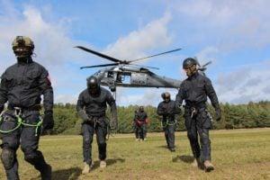 black hawk cwiczenia policji fot. policja 20 300x200 - Poznań: Black Hawk latał nad miastem. Policjanci ćwiczyli desant ze śmigłowca