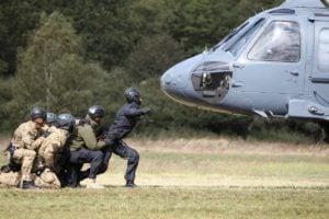 black hawk cwiczenia policji fot. policja 22 300x200 - Poznań: Black Hawk latał nad miastem. Policjanci ćwiczyli desant ze śmigłowca