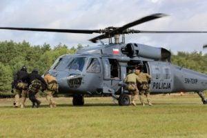 black hawk cwiczenia policji fot. policja 23 300x200 - Poznań: Black Hawk latał nad miastem. Policjanci ćwiczyli desant ze śmigłowca