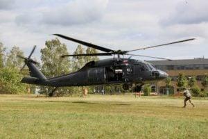 black hawk cwiczenia policji fot. policja 24 300x200 - Poznań: Black Hawk latał nad miastem. Policjanci ćwiczyli desant ze śmigłowca