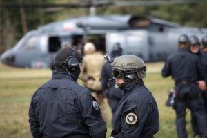 black hawk cwiczenia policji fot. policja 4 300x200 - Poznań: Black Hawk latał nad miastem. Policjanci ćwiczyli desant ze śmigłowca