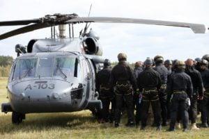black hawk cwiczenia policji fot. policja 6 300x200 - Poznań: Black Hawk latał nad miastem. Policjanci ćwiczyli desant ze śmigłowca