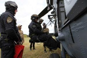 black hawk cwiczenia policji fot. policja 8 300x200 - Poznań: Black Hawk latał nad miastem. Policjanci ćwiczyli desant ze śmigłowca