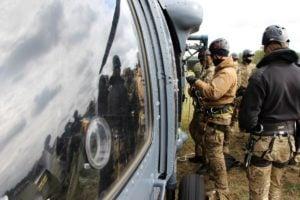black hawk cwiczenia policji fot. policja 9 300x200 - Poznań: Black Hawk latał nad miastem. Policjanci ćwiczyli desant ze śmigłowca