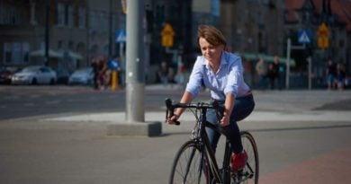 Jadwiga Emilewicz na rowerze