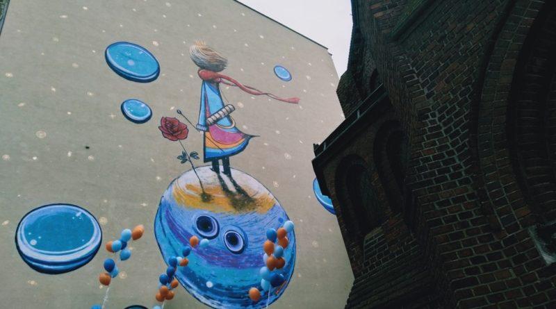 maly ksiaze 6 800x445 - Poznań: Mały Książę ozdobił kamienicę przy Ogrodowej