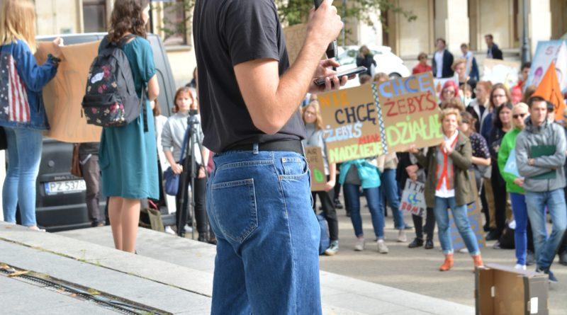 """mlodziezowy strajk klimatyczny fot. karolina adamska 16 800x445 - Poznań: Młodzieżowy Strajk Klimatyczny. """"Walczę o prawo do życia dla wszystkich!"""""""