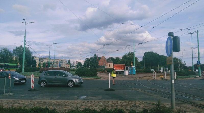 part 1564850134334 800x445 - Poznań: Kolizja na rondzie Śródka