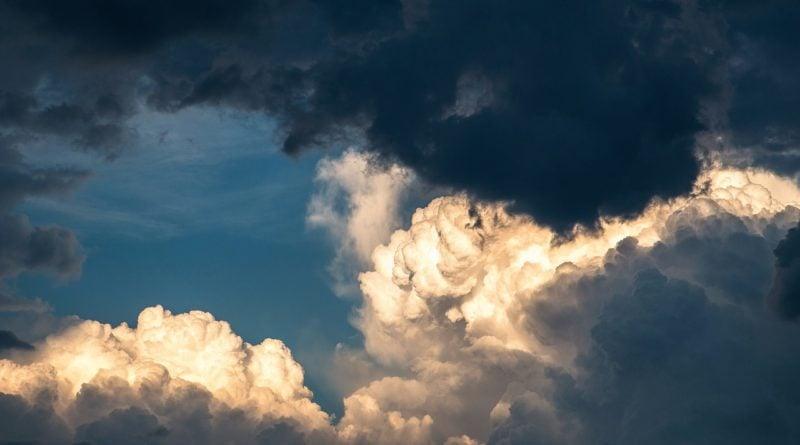 pochmurne niebo wiatr burza