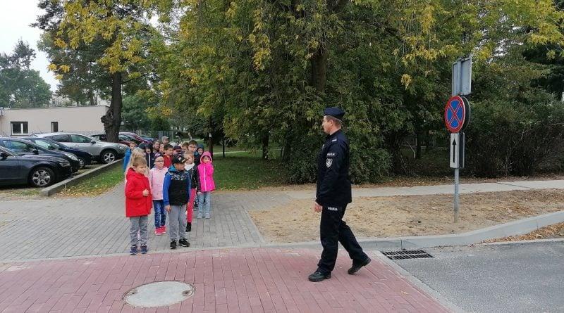 policja wrzesnia 3 fot. kwp 800x445 - Września: Policjanci uczą dzieci bezpiecznego poruszania się po mieście