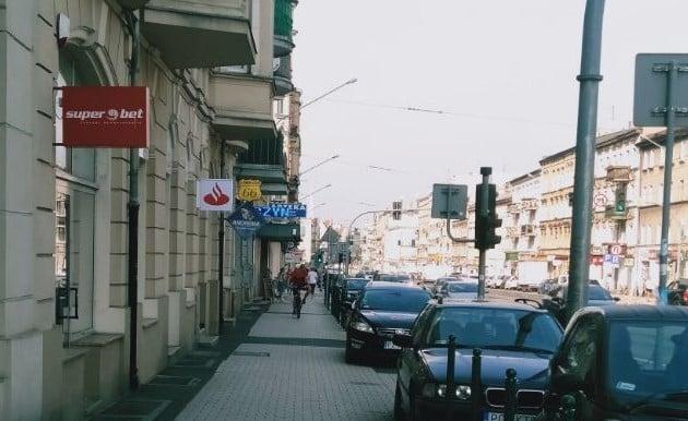 samochody parkujące na Głogowskiej