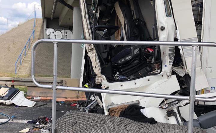 wypadek na a2 fot. ochotnicza straz pozarna w kleszczewie 3 720x445 - Wypadek na A2. Kierowca tira nie przeżył