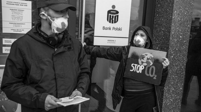"""ekolodzy protest oboz dla klimatu fot. radoslaw sto 2 800x445 - Poznań: Aktywiści przed bankiem. """"Najpierw ludzie, potem zyski"""""""