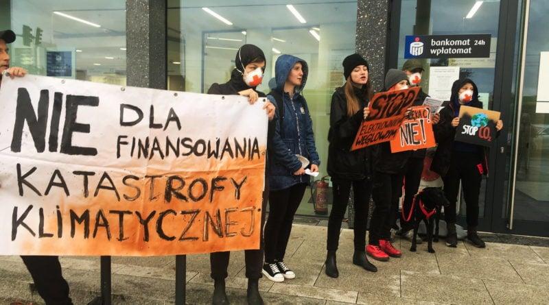 """ekolodzy protest oboz dla klimatu fot. radoslaw sto 3 800x445 - Poznań: Aktywiści przed bankiem. """"Najpierw ludzie, potem zyski"""""""