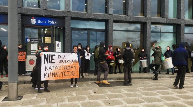 """ekolodzy protest oboz dla klimatu fot. radoslaw sto 4 800x445 - Poznań: Aktywiści przed bankiem. """"Najpierw ludzie, potem zyski"""""""