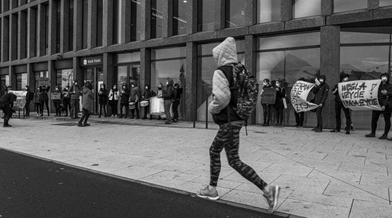 """ekolodzy protest oboz dla klimatu fot. radoslaw sto 5 800x445 - Poznań: Aktywiści przed bankiem. """"Najpierw ludzie, potem zyski"""""""