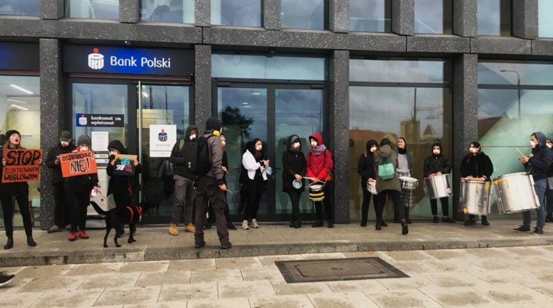 """ekolodzy protest oboz dla klimatu fot. radoslaw sto 8 800x445 - Poznań: Aktywiści przed bankiem. """"Najpierw ludzie, potem zyski"""""""
