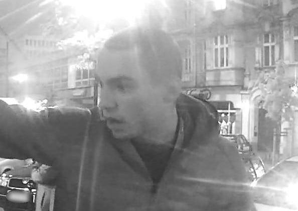 poszukiwani fot. kmp 1 - Poznań: Pobicie na Jeżycach. Policja przewidziała nagrodę za pomoc w ustaleniu tożsamości sprawców
