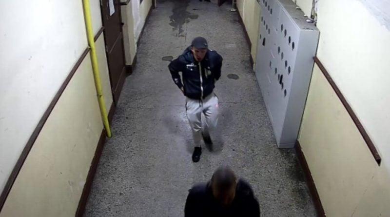 poszukiwani fot. kmp 4 800x445 - Poznań: Pobicie na Jeżycach. Policja przewidziała nagrodę za pomoc w ustaleniu tożsamości sprawców