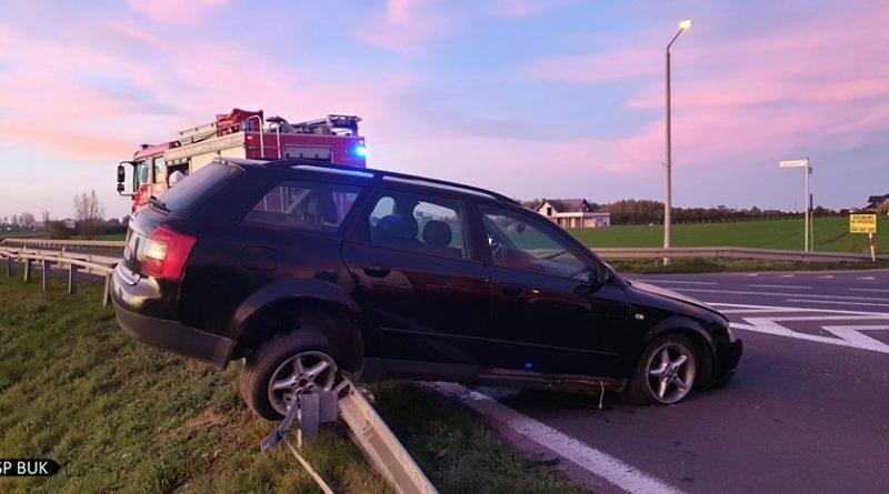 wypadek 2 fot. osp buk 800x445 - Samochód zatrzymał się na barierce. I... zawisł