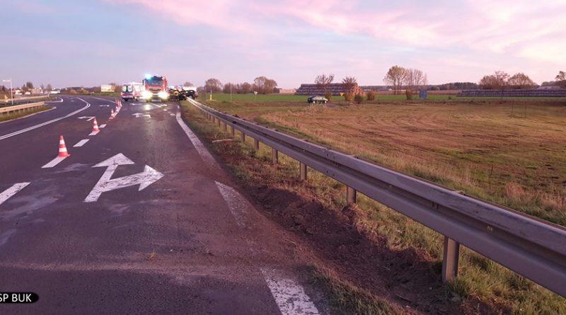 wypadek 3 fot. osp buk 800x445 - Samochód zatrzymał się na barierce. I... zawisł