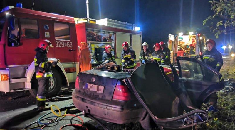 """wypadek fot. osp strykowo 1 800x445 - Groźny wypadek pod Poznaniem. """"Na miejsce zdarzenia zastano rozbity pojazd"""""""