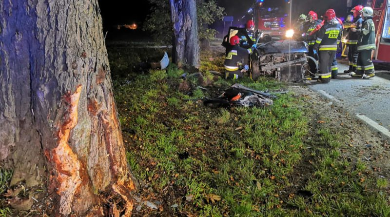 """wypadek fot. osp strykowo 10 800x445 - Groźny wypadek pod Poznaniem. """"Na miejsce zdarzenia zastano rozbity pojazd"""""""