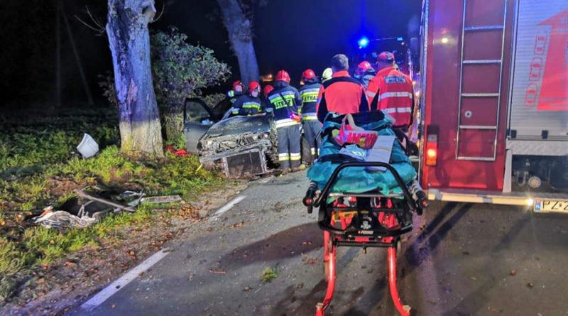 """wypadek fot. osp strykowo 5 800x445 - Groźny wypadek pod Poznaniem. """"Na miejsce zdarzenia zastano rozbity pojazd"""""""