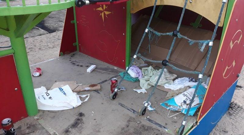 bezdomny zostawił po sobie śmieci na placu zabaw fot. straż miejska
