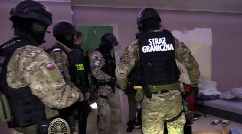cbsp 5 fot. policja 800x445 - CBŚP rozbiło gang przemytników ludzi. Działali także w Wielkopolsce