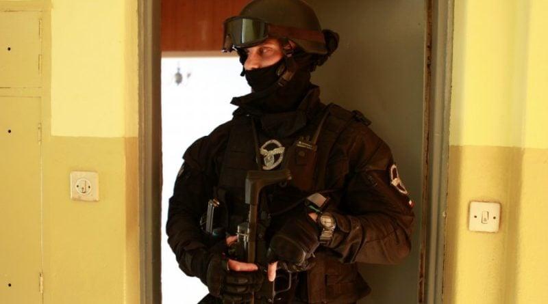 grupa realizacyjna szkolenie 2 fot. policja 800x445 - Poznań: Policjanci szkolili się w opuszczonym budynku