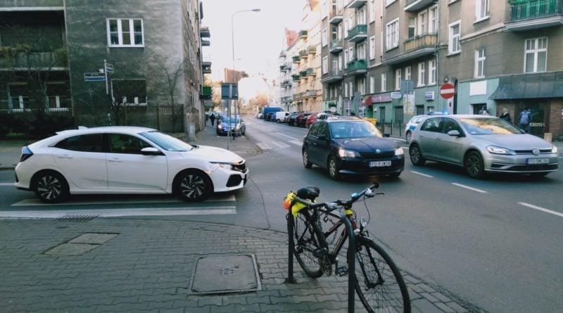 jezyce przechodzenie przez ulice 1 800x445 - Poznań: Jak radni z policjantami przez zebrę na Jeżycach przechodzili