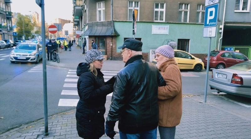 jezyce przechodzenie przez ulice 3 800x445 - Poznań: Jak radni z policjantami przez zebrę na Jeżycach przechodzili