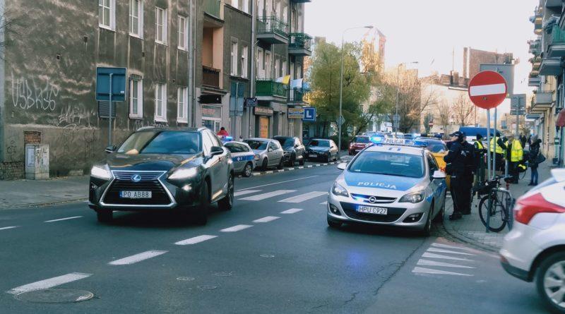 jezyce przechodzenie przez ulice 4 800x445 - Poznań: Jak radni z policjantami przez zebrę na Jeżycach przechodzili