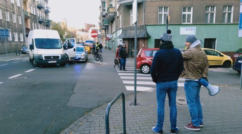 jezyce przechodzenie przez ulice 6  800x445 - Poznań: Jak radni z policjantami przez zebrę na Jeżycach przechodzili