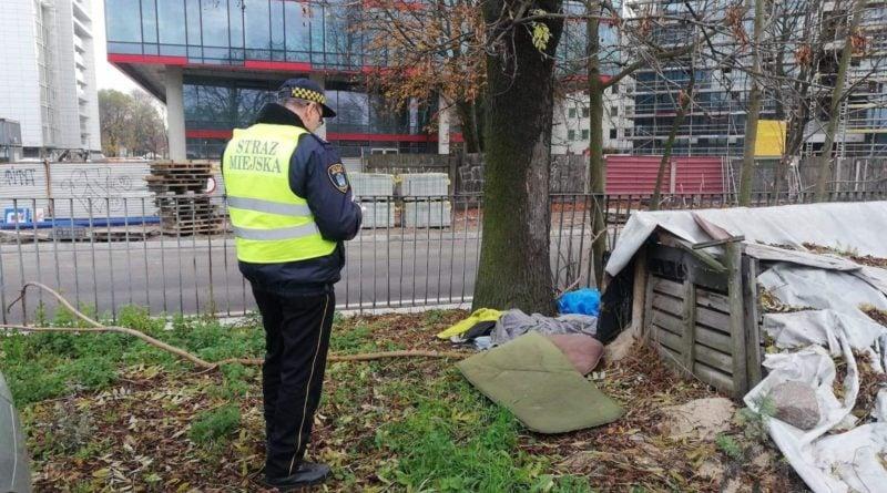 nowe miasto bezdomni 5 fot. straz miejska 800x445 - Poznań: Strażnicy miejscy odwiedzają bezdomnych