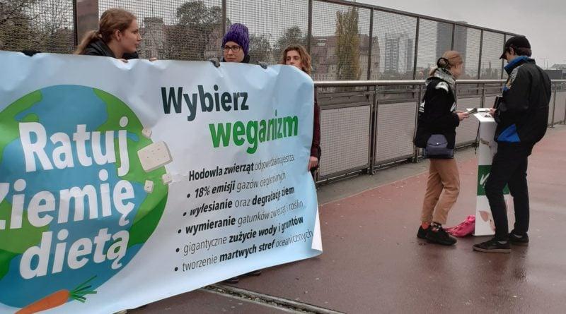 """ratuj ziemie dieta 3 fot. fundacja viva 800x445 - Poznań: Akcja uliczna """"Wege dla klimatu"""""""