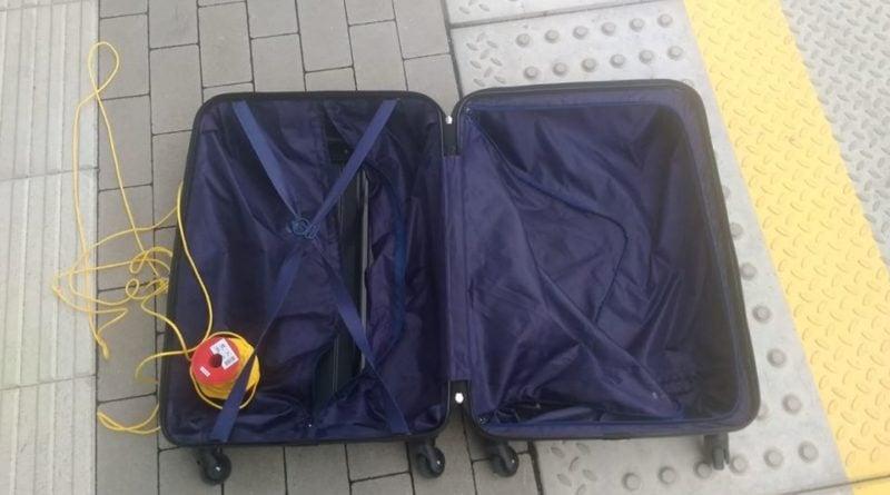 walizki konin 2 fot. policja 800x445 - Konin: zapomniane walizki z... perliczkami