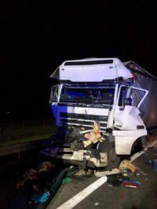 wypadek a2 fot. osp w kleszczewie 1 225x300 - Tragiczny wypadek na A2. Zmiażdżona ciężarówka i zablokowana droga