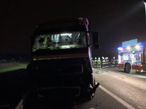 wypadek a2 fot. osp w kleszczewie 2 300x225 - Tragiczny wypadek na A2. Zmiażdżona ciężarówka i zablokowana droga