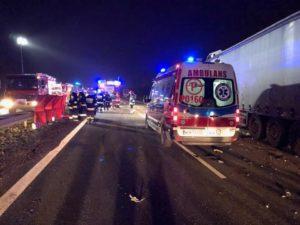 wypadek a2 fot. osp w kleszczewie 3 300x225 - Tragiczny wypadek na A2. Zmiażdżona ciężarówka i zablokowana droga